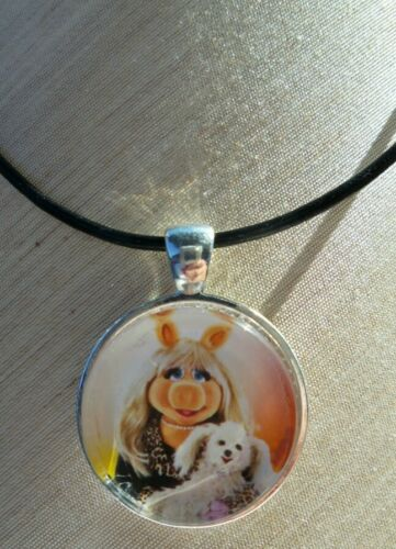 ** Miss Piggy MUPPETS MOST WANTED ** Glass Pendant with Leather Necklace
