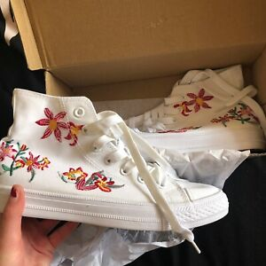 COURA WHITE FLOWER EMBROIDERED TRAINERS