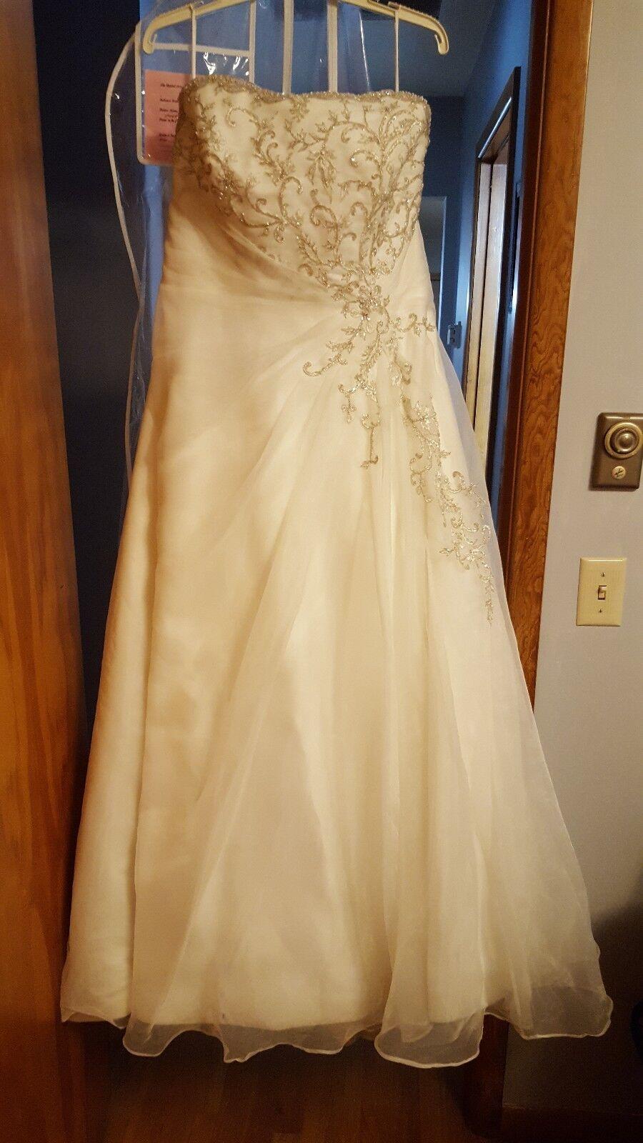 Gorgeous Wedding dress with a beautiful church train. *size 16-22