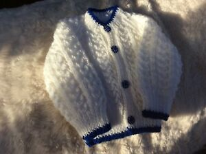 """Brand New Hand Knitted Baby Cardigan Blanc/royal Bleu Taille 0-3 Mois 16""""-afficher Le Titre D'origine"""