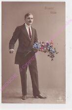 CPA FANTAISIE BONNE FETE Homme portant un bouquet de fleurs