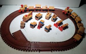 Vintage-1972-Mattel-Train-Track-Wooden-Motor-Putt-Putt-Railroad-Buildings-Toys