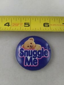 Vintage-SNUGGLE-ME-Advertising-Fabric-Softner-pin-button-pinback-A