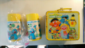Vintage-1979-Aladdin-SESAME-STREET-Metal-Lunch-Box-and-2-Thermos-bottles