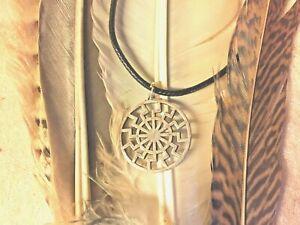 Petit-pendentif-Le-soleil-noir-cordon-noir-de-45-cm