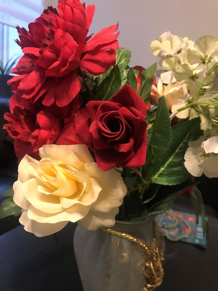 Vase m kunstige blomster , Ved ikke