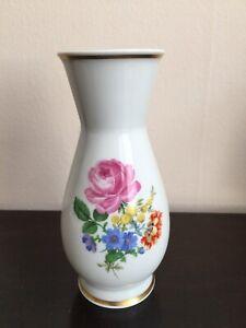 schoene-kleine-Meissen-Vase-mit-Blumen