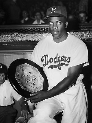 ZY-909 8X10 PHOTO JACKIE ROBINSON IN 1950 BASEBALL LEGEND HALL OF FAMER
