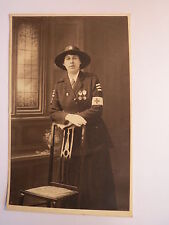 Krankenschwester ? in Uniform mit Orden - Rotes Kreuz / Foto England