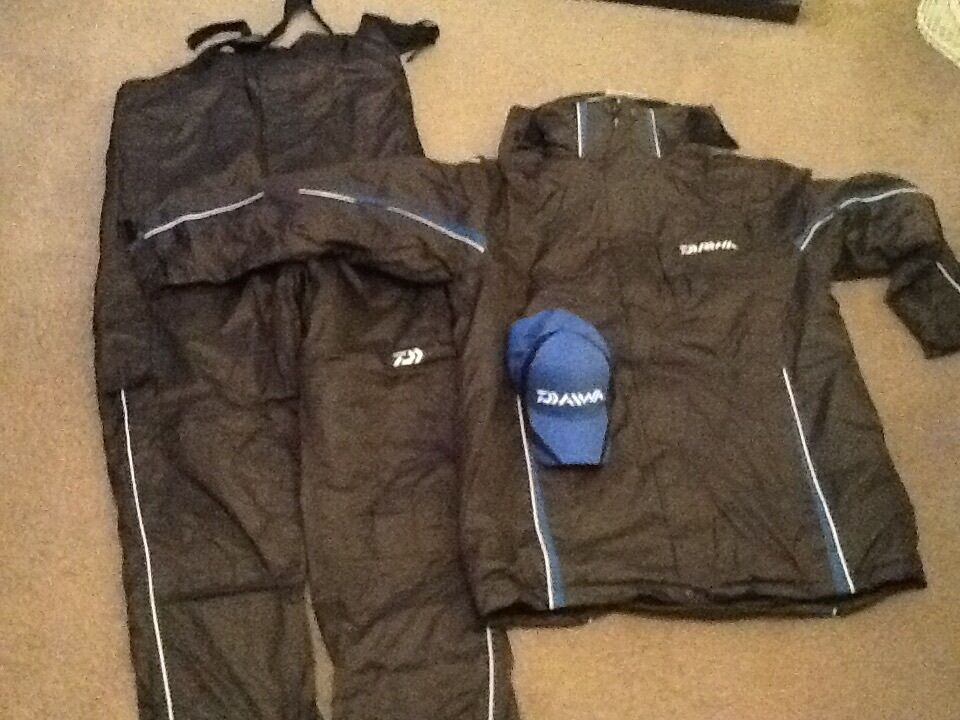 Daiwa sundridge match winner suit  free cap