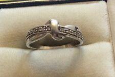 Pretty Damas Estampado Sólido 9ct Oro Blanco (.10) cinta estilo anillo de diamantes