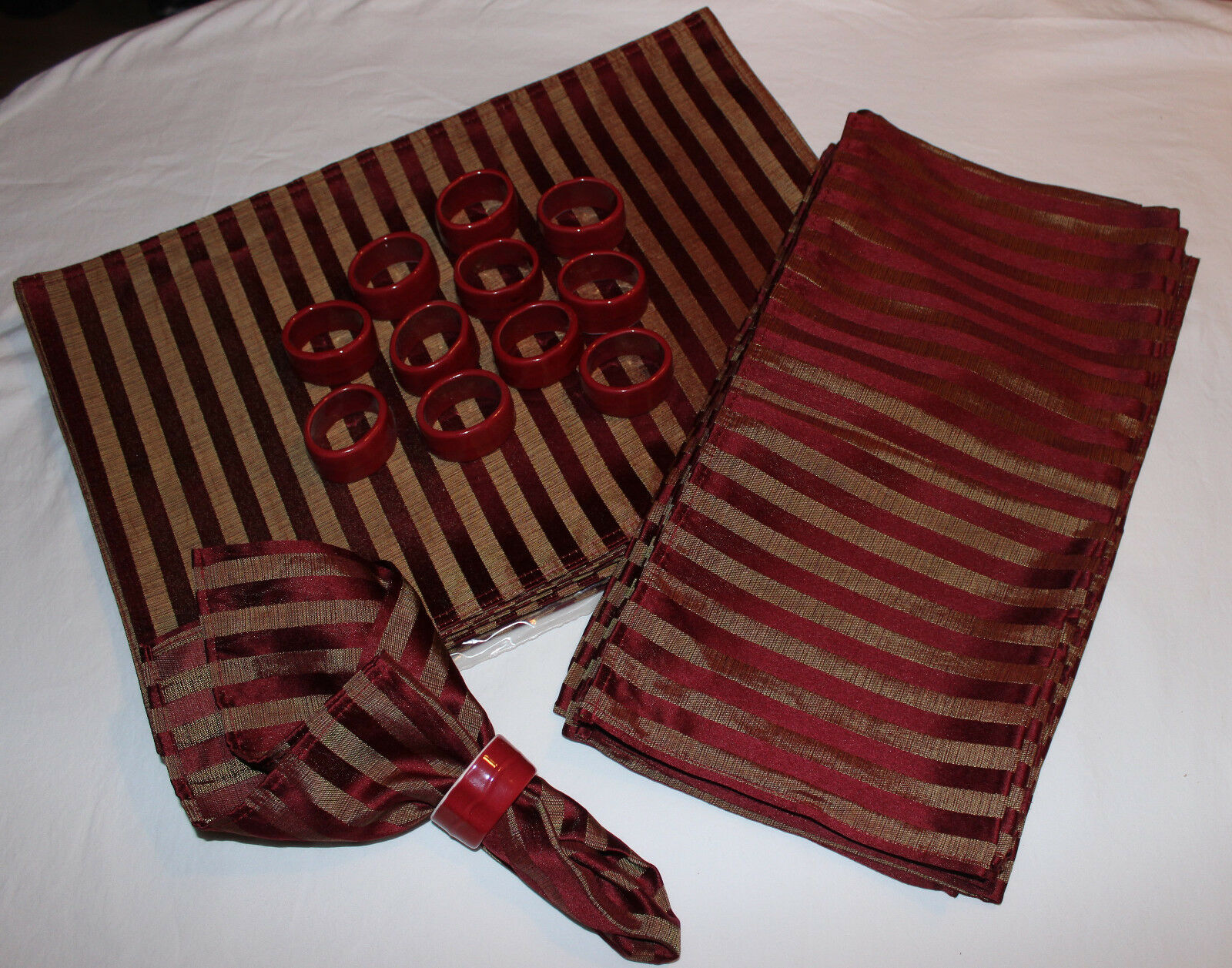 Service for 12 Burgundy & Gold Stripe Placemats Linen Napkins Napkins Napkins & Ring Holders 0ab060