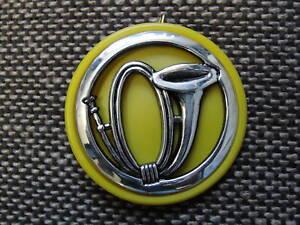 Insigne-de-beret-de-Chasseur-avec-son-macaron-de-tradition-en-plastique-jaune