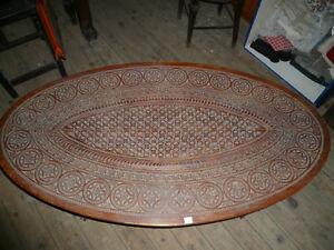 à Condition De Ancienne Table Basse Ovale Sculptée Indienne Vente D'éTé SpéCiale