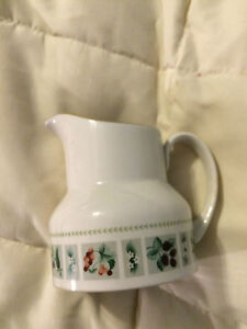 VINTAGE-ENGLAND-ROYAL-DOULTON-TAPESTRY-FINE-CHINA-CREAMER-CUP-PITCHER