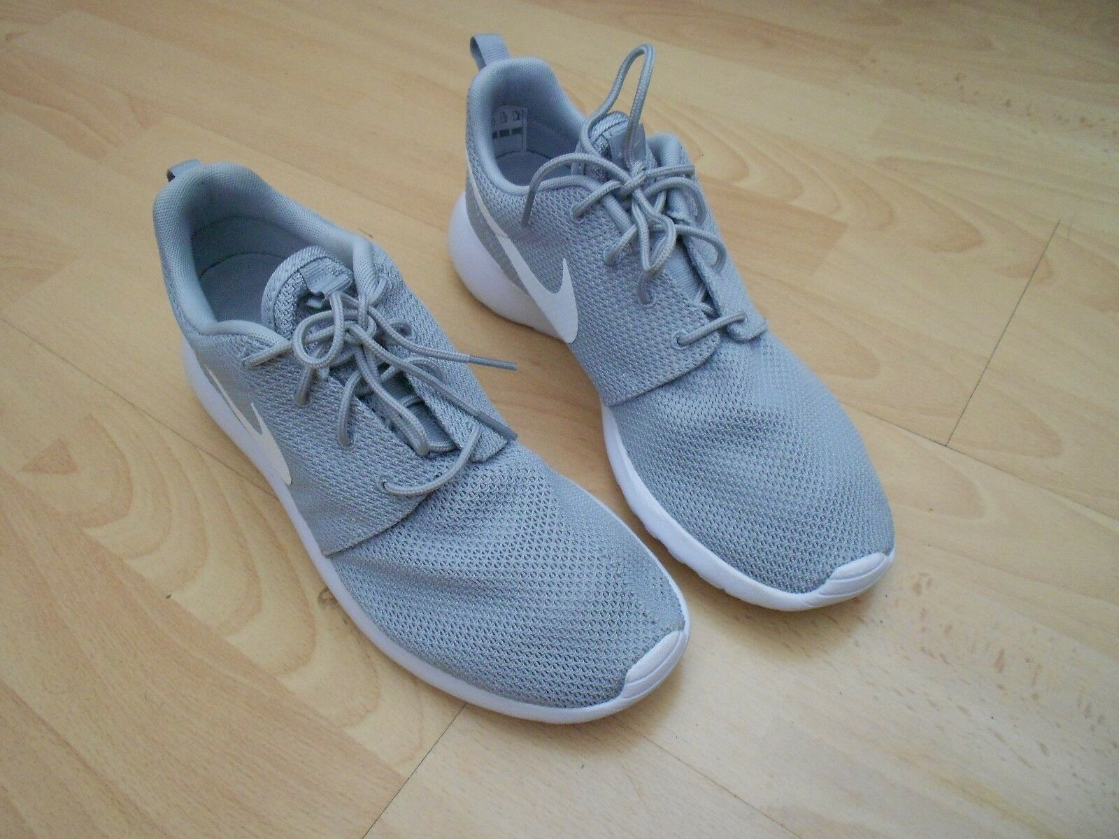 NIKE ROSHE RUN TRAINERS UK SIZE 9 - GREY  NEW WITH FAULT ON RIGHT TRAINER