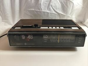 GE General Electric Alarm Flip Number Clock Walnut Grain 7-4460A Non working