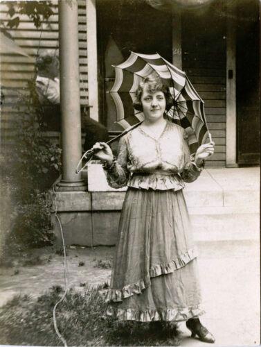 BEAUTIFUL SMILING WOMAN WITH UMBRELLA & ORIGINAL VINTAGE REAL PHOTO POSTCARD