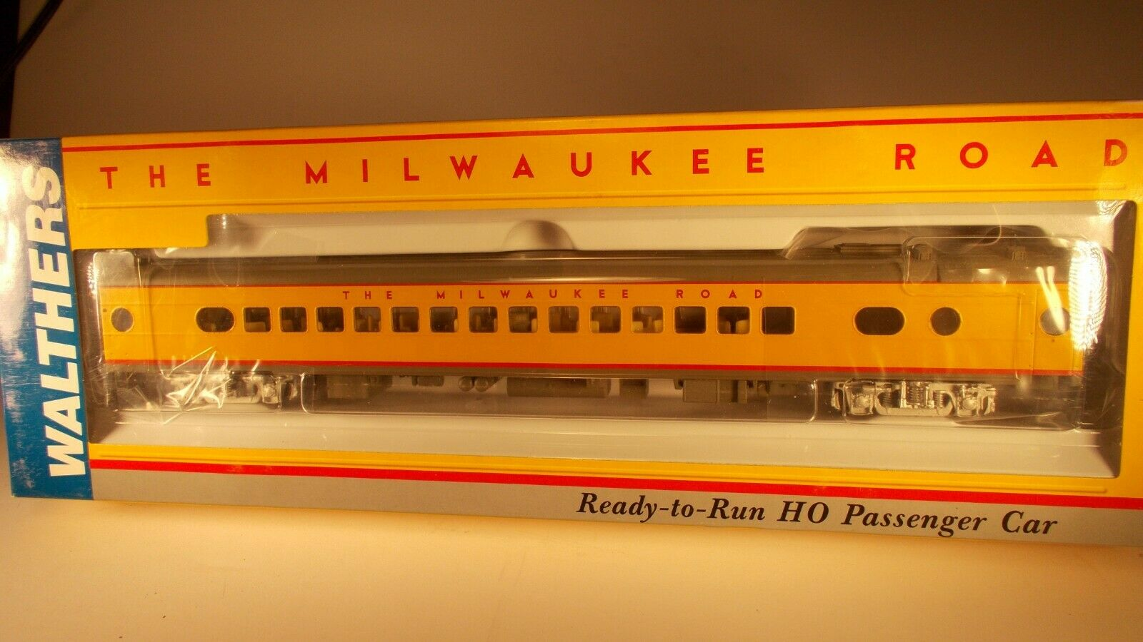 Walthers HO Scale Milwaukee Hiawatha 30 Seat Parlor
