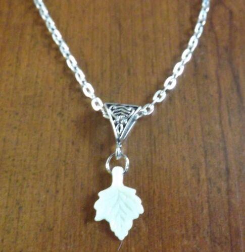 collier chaine argenté 46 cm avec pendentif feuille écrue 19x13mm