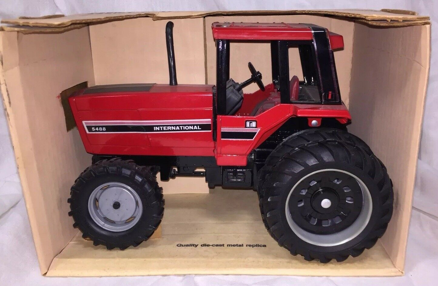 ERTL International Harvester 5488 FWA  Tractor with Duals  1 16 NIB  100% garantie d'ajustement