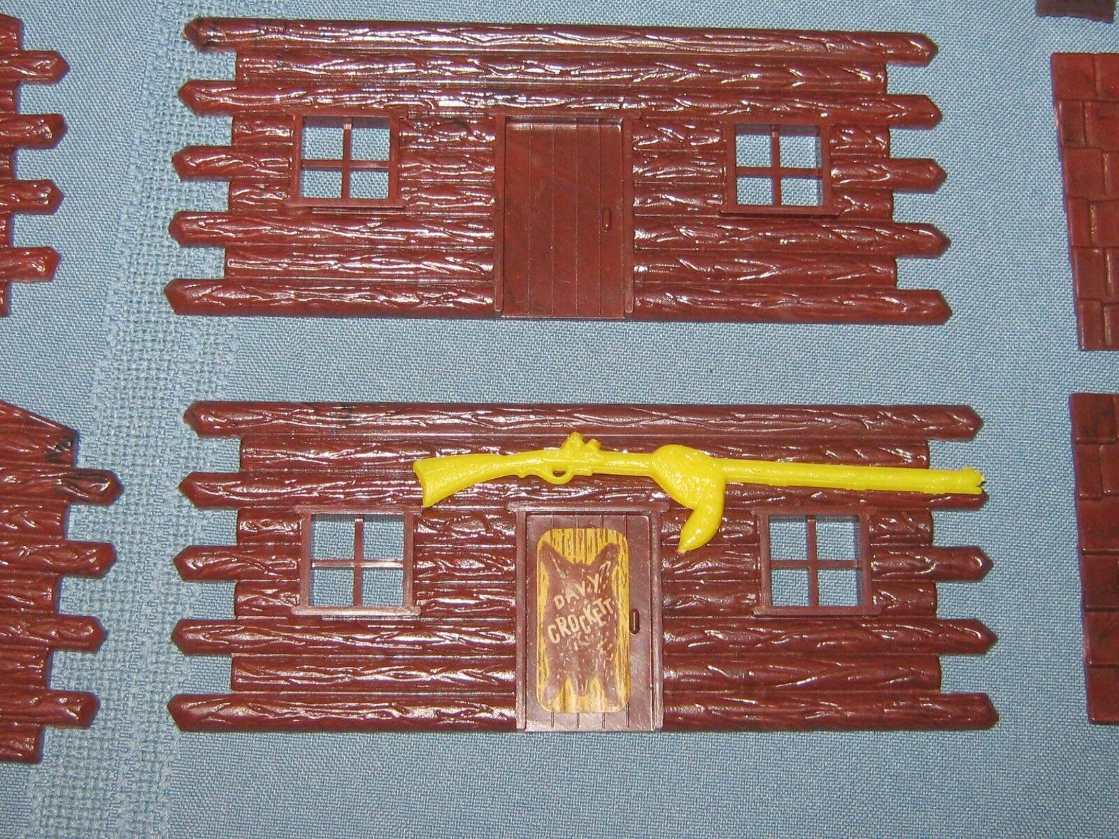 RARE PLASTICVILLE LOG CABIN  S SCALE OR O SCALE with giallo RIFLE AND BEARSKIN