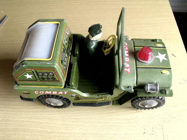 Auto da guerra in latta    plastica vintage anni 70 con monitor posteriore illumi