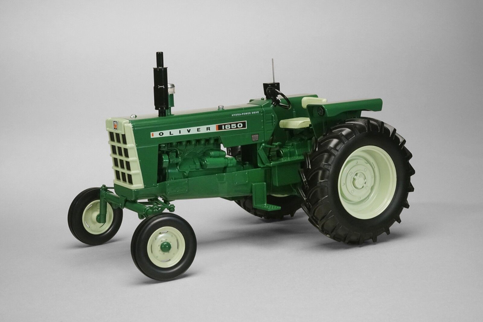 1 16 Oliver 1650 Hydra Power Drive Drive Drive w  Radio Toy Tractor. Made by SpecCast SCT655 c109f8