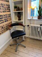 Barber stol, 60 år gl., Flot gammel barber stol