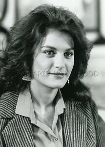 IRENE-PAPAS-LA-VALISE-EN-CARTON-1988-VINTAGE-PHOTO