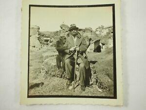 Un-Hombre-y-Su-Chimpance-Blanco-y-Negro-Foto-Guatemala-7cmx-6-3cm