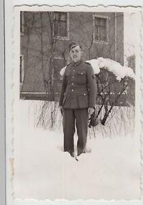 F20203-Orig-Foto-deutscher-Soldat-a-Kasernenhof-im-Winter-1940er
