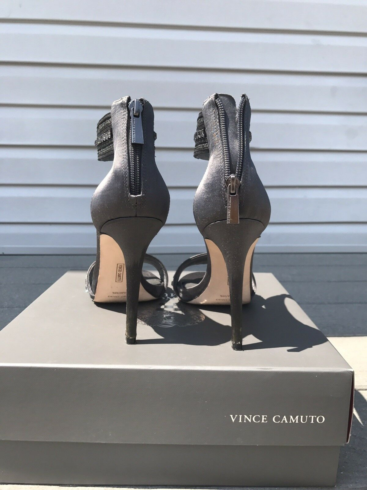 Vince Camuto Fairlee Jeweled Satin Sandale Größe 6.5