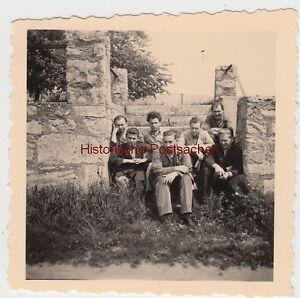(f10493) Orig. Photo Personnes Sont Assis Sur Un Escalier, Nature Mur De Pierre 1957-r 1957 Fr-fr Afficher Le Titre D'origine