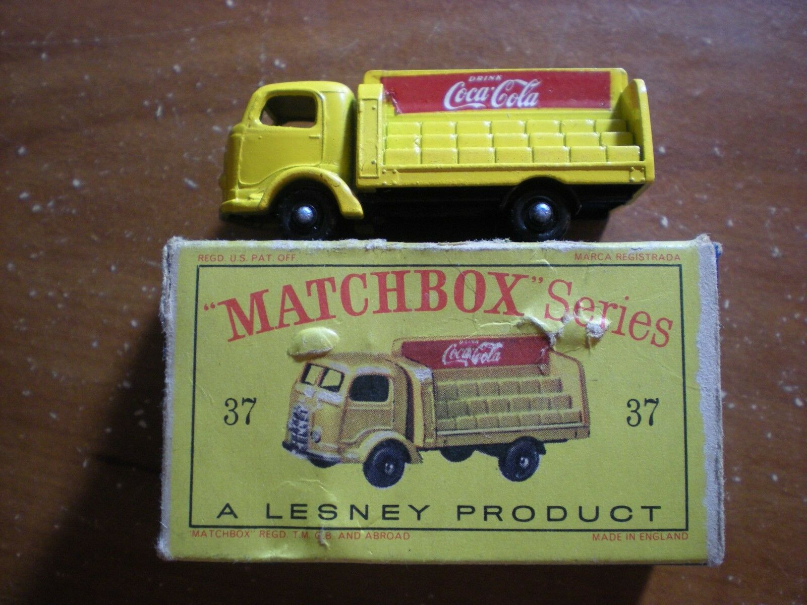 MatchBox  37 COCA COLA TRUCK schwarz plastic wheels Near Mint in TYPE D Box Gelb