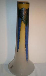 Grand Vase Art Nouveau Daum Nancy verre émaillé: Feuillage & Grappes signé LEUNE - France - Vase LEUNE: Feuillage et Grappes. Trs grand Vase en pte de verre émaillé de grappes feuillues bleues. L'émail est bien épais, aux délicates couleurs. La base évasée est surmontée d'un long col. Décor tournant typique de l'Art Nouveau. Si - France