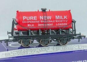 Dapol-B841-OO-Gauge-6-wheel-milk-tanker-wagon-Co-operative-Wholesale-Society