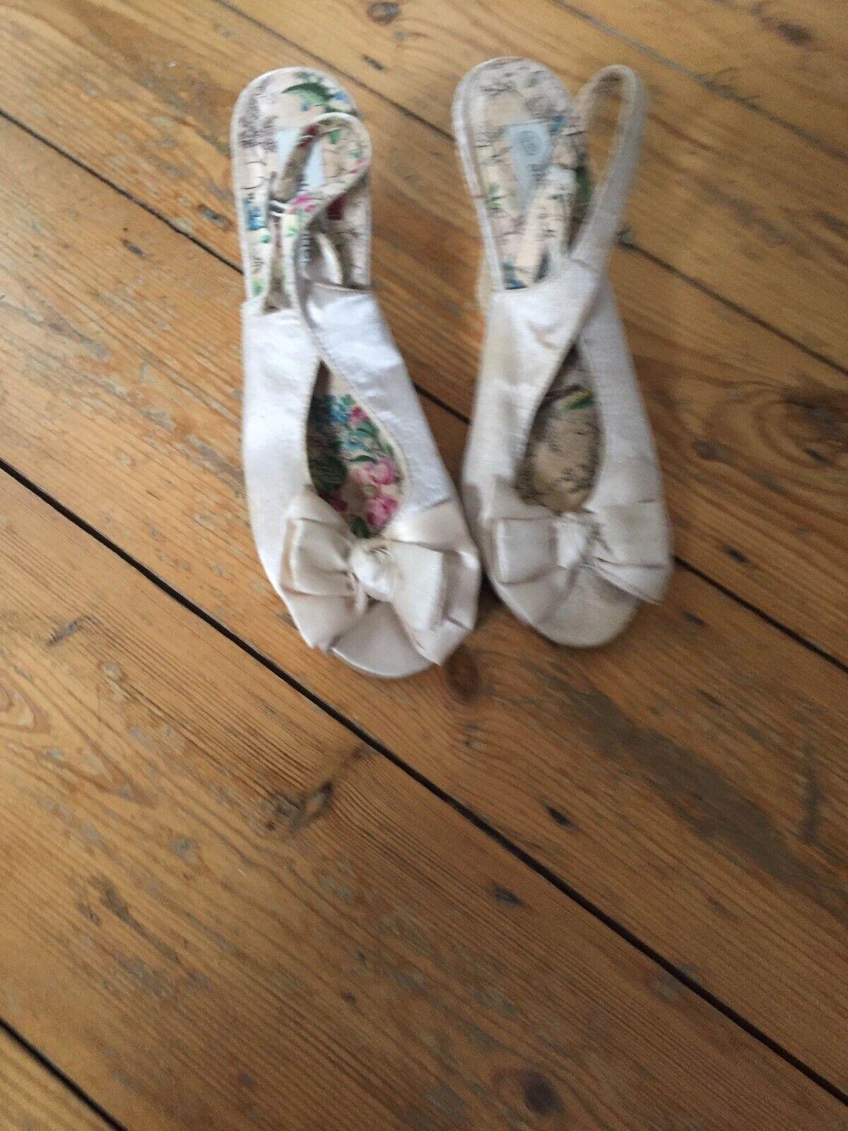 Beige tissu soyeux des sandales compensées