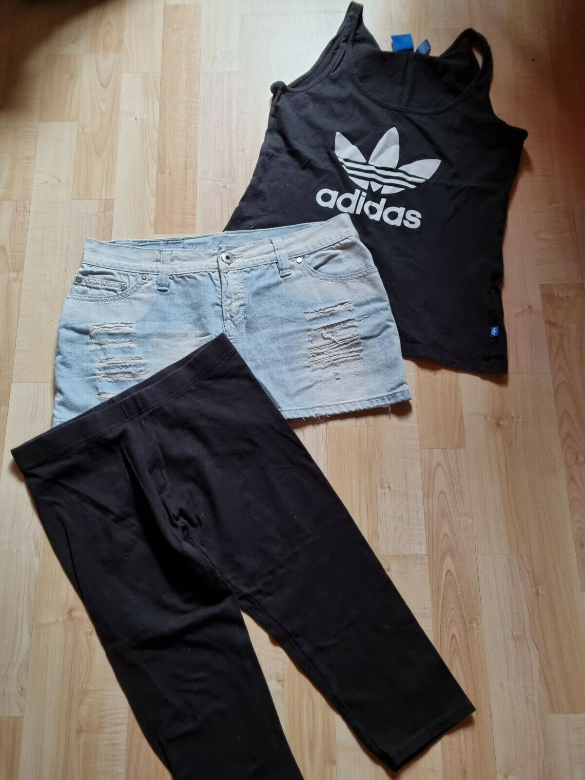 Kurzer Jeansrock +T-Shirt + Caprileggings
