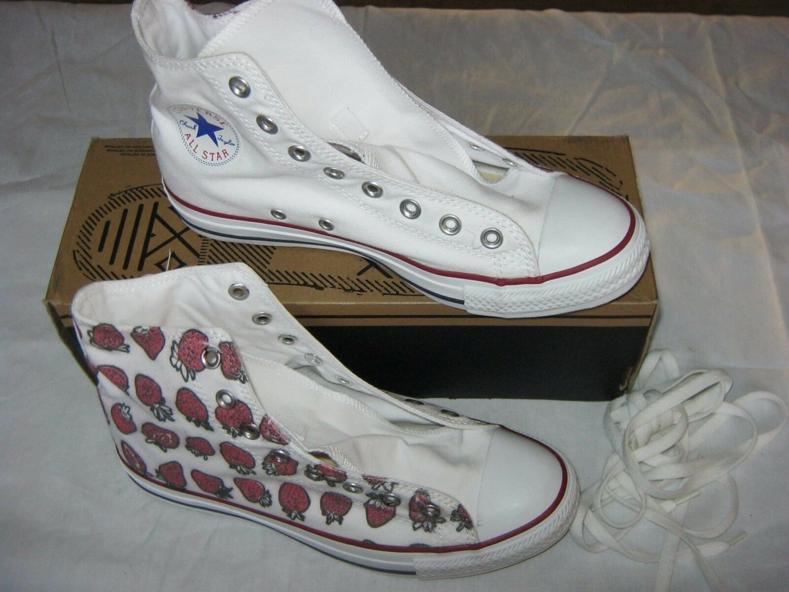Converse All Star Chuck Taylor Custom Strawberry Print Hi Tops hommes 7 femmes 9