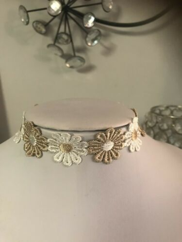 Beige and white daisy choker for many different occasions.