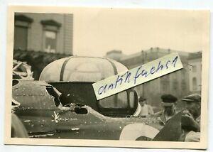 Foto-1-abgestuetztes-grosses-Bomber-Flugzeug-aus-England-in-Berlin-1943-44