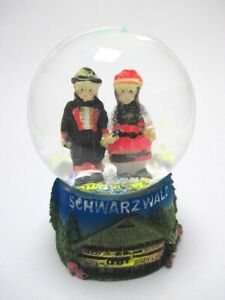 Schwarzwald-Paar-Schneekugel-Snowglobe-Glitzerkugel-Trachtenpaar