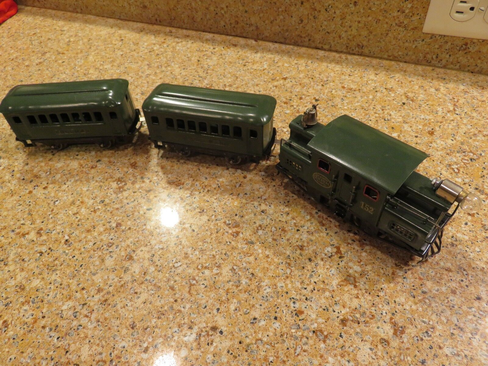 Restored Lionel 152 engine and two cars 1917-23 O Gauge