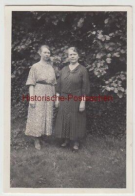 (f14166) Orig. Foto Zwei Damen Im Garten 1936