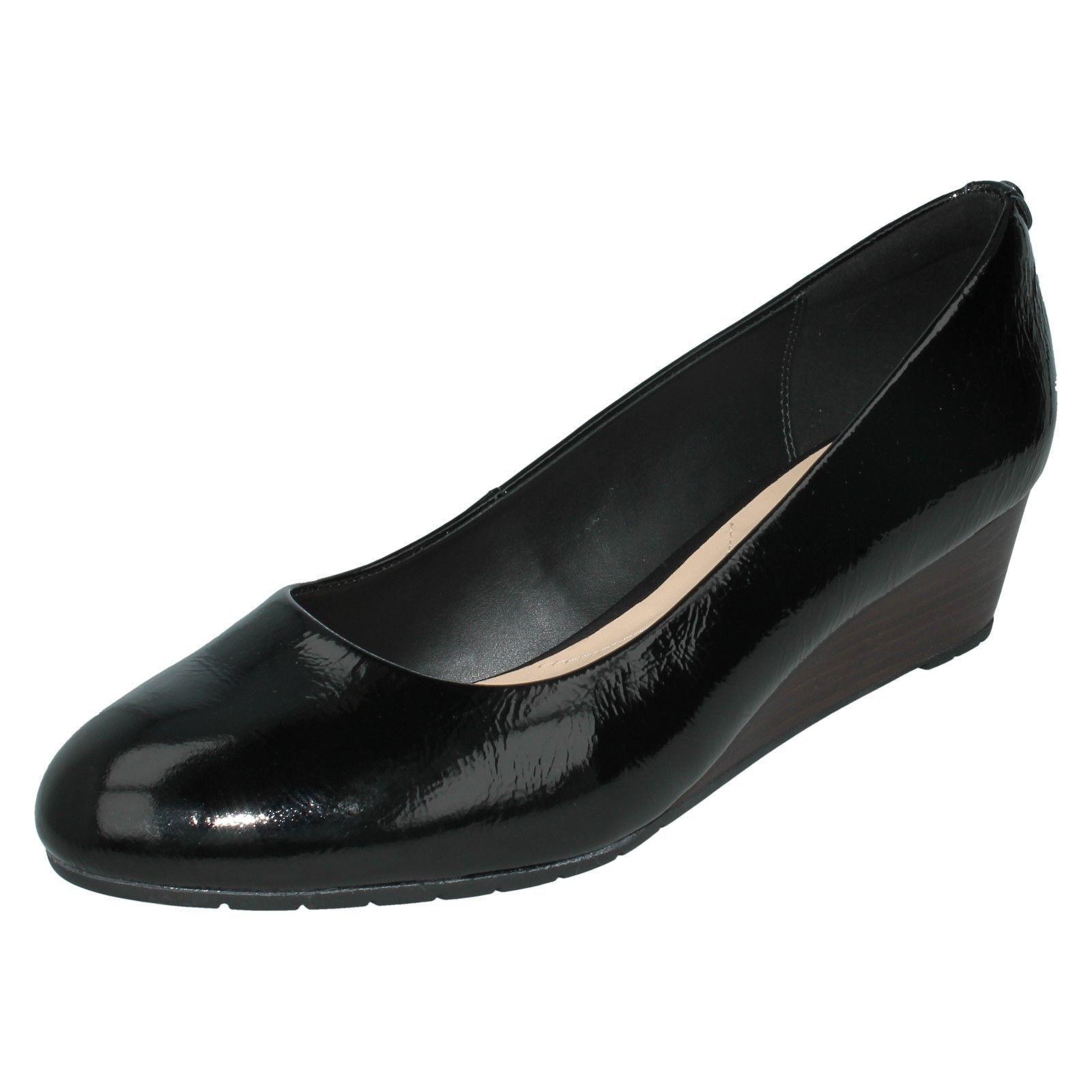 Damen Bügel Schwarzes Lackleder Clarks ohne Bügel Damen Keilabsatz Schuhe Vendra Bloom d426bb