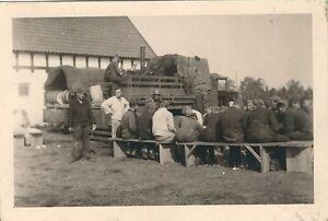 6-486-FOTO-SOLDATEN-LKW-FASSER-FELDKUCHE-KARTOFFEL-SCHALEN-LOTTIN