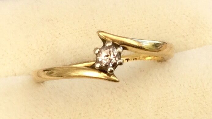 Fabulous Ladies Solid 18Ct gold Vintage Diamond Solitaire Ring