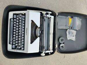 VINTAGE OLYMPIA DELUXE SM9 TYPEWRITER WITH CASE