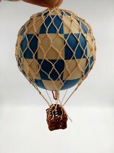 Petite-Montgolfiere-decorative-damier-bleu-panier-en-osier-neuve-dans-sa-boite